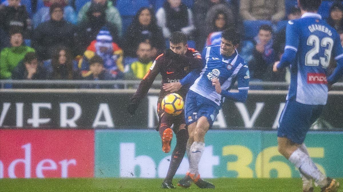 Piqué y Moreno, en el choque que originó la lesión en el partido del domingo.