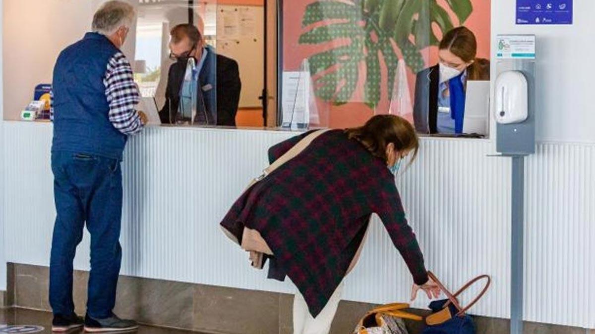 Turistas en la recepción de un hotel de Benidorm, en una imagen de ayer. En la ciudad solo hay abiertos cinco hoteles todos los días de la semana.