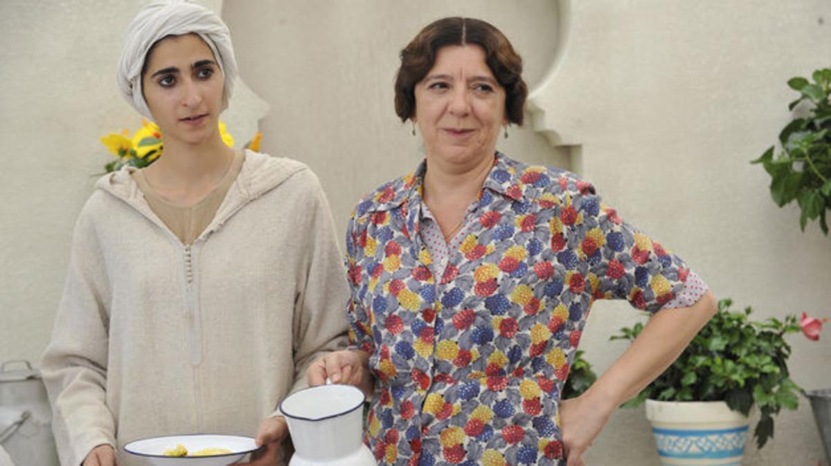 Alba Flores, con Mari Carmen Sánchez, en 'El tiempo entre costuras'.