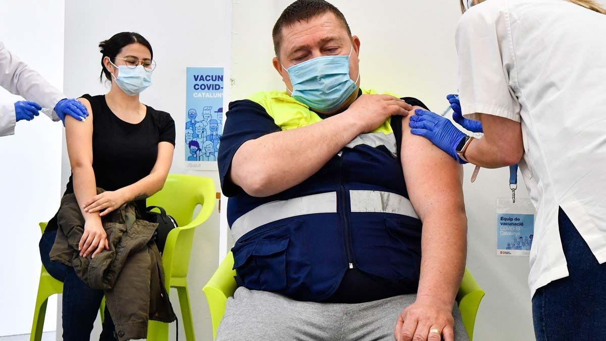 Trabajadores del campo reciben la vacuna del coronavirus en un centro sanitario de Alcarràs.
