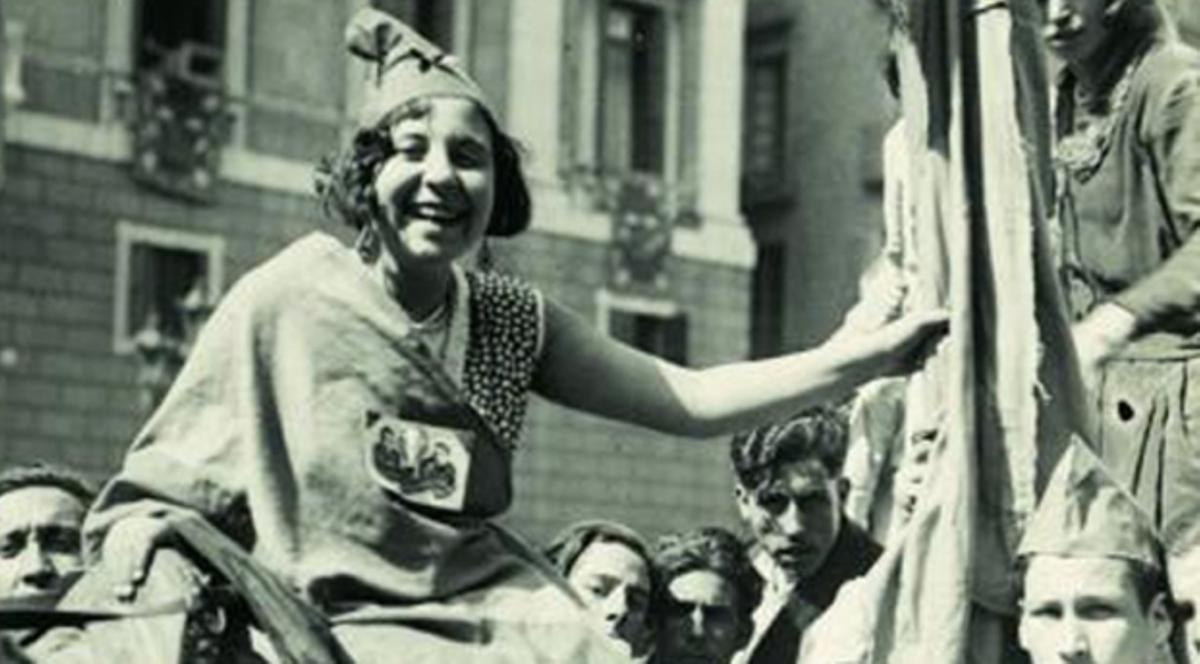 Imagen icónica de una joven durante la proclamación de la Segunda República en Barcelona.
