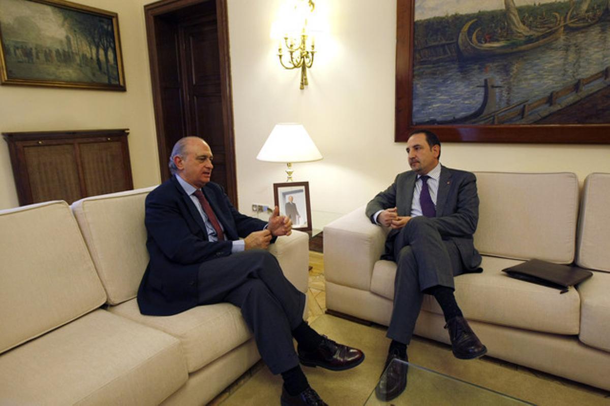 Fernández Díaz (izquierda) y el 'conseller' Ramon Espadaler, en el Ministerio del Interior en Madrid, este lunes.