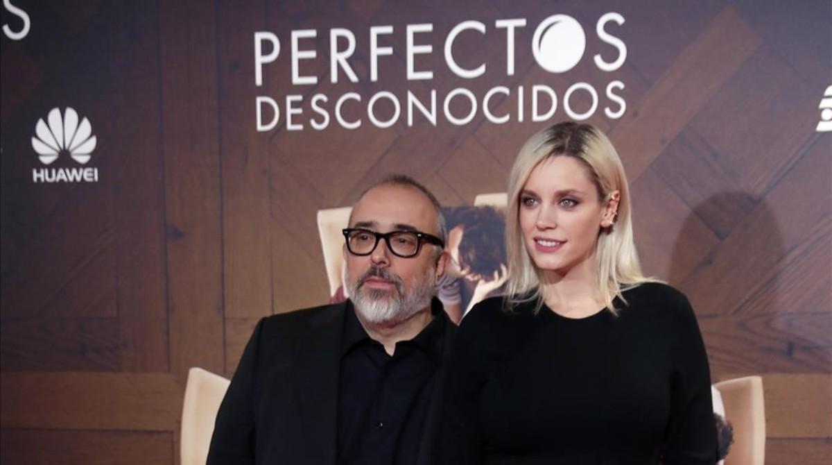 El director de Cine Álex de la Iglesia y la actriz Carolina Bang posan en el estreno de su pelicula' Perfectos Desconocidos' en el cine Capitol de Madrid, el pasado 5 de octubre del 2017.