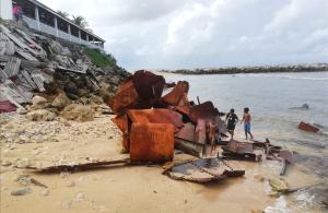 Niños juegan entre la basura en la isla de Nauru. El Foro de las Islas del Pacífico se centrará sobre cambioclimáticoe la influencia china en la región, pero los activistaspresionan para que se hable también de las condiciones de los refugiados en el centrofinanciado por Australia.