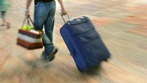 Un hombre con una maleta en un aeropuerto, en una imagen de archivo