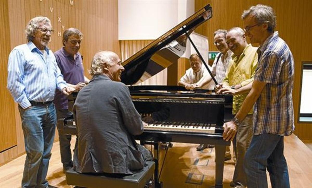 Joan Isaac, al piano, con Francesc Burrull, Enric Colomer, Conrad Setó, Antoni-Olaf Sabater, Lluís Vidal y Xavier Ibáñez.