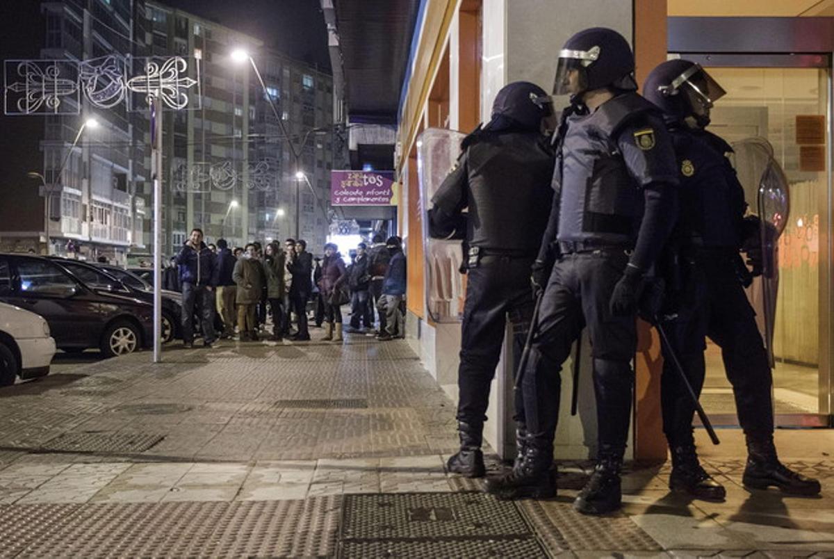 Miembros del Cuerpo Nacional de Policía en los disturbios que han provocado cientos de personas participantes en una protesta vecinal en el barrio de Gamonal, en Burgos.