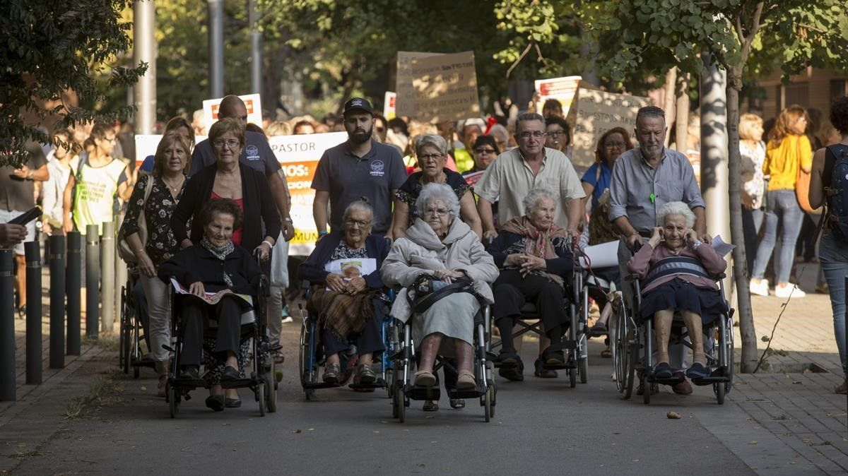 Familiares de los ancianos de la residenciaBon Pastor en una reciente manifestación de protesta.