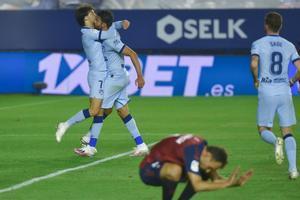 Los jugadores del Atlético celebran el gol del 0-1 ante Osasuna.