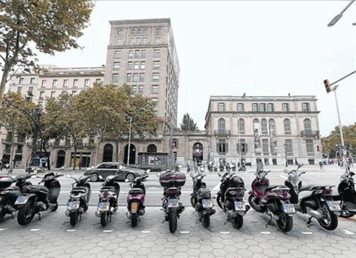 PASEO DE GRÀCIA La reforma limita mucho el aparcamiento de motos.