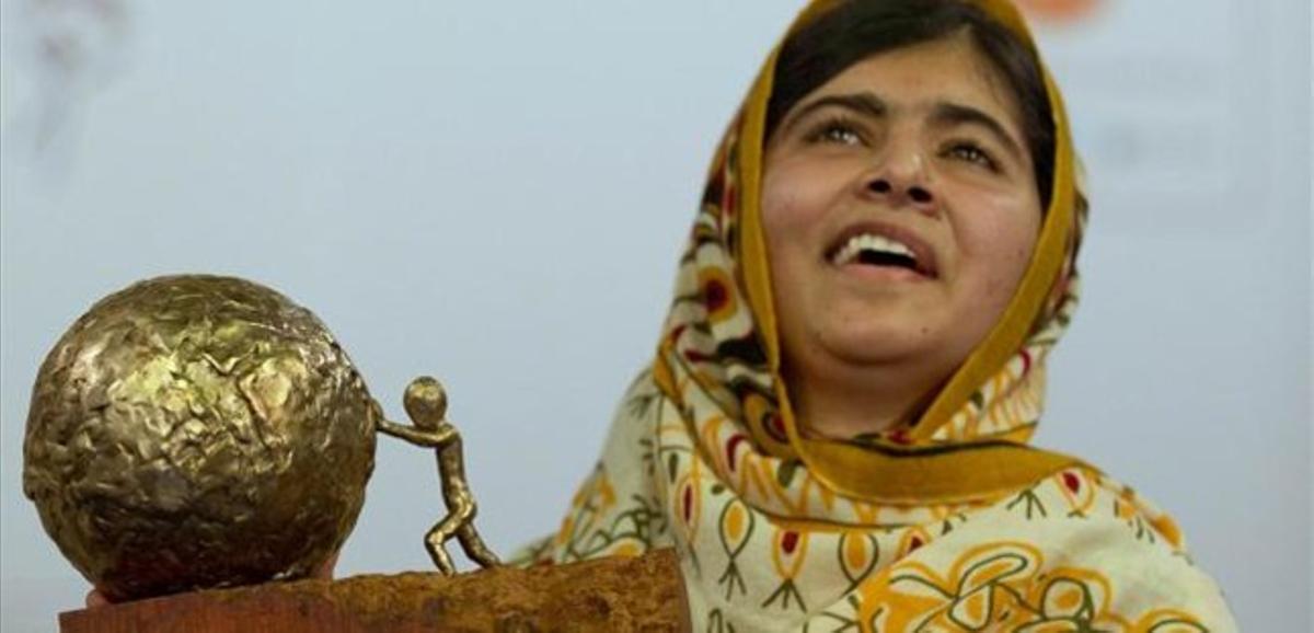 Malala, la estudiante paquistaní atacada por los talibanes, recoge un premio.