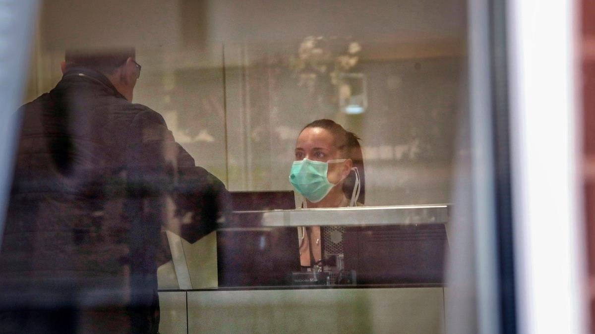 La rcecepcionista del Hospital de Igualada, con la mascarilla para protegerse del coronavirus