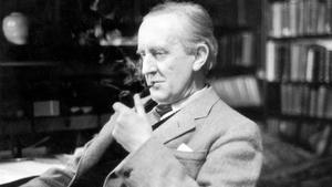El escritor J.R.R. Tolkien (1892-1973), autor de 'El señor de los anillos', en una foto en su despacho de Oxford, en 1956.