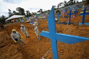 Un grupo de trabjadores cavan nichos en el cementerio de Nuestra Señora de Aparecida, en Manaos.