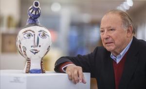 El galerista Joan Gaspar junto a una escultura de Picasso.