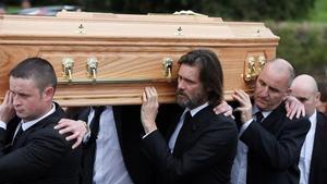 Jim Carrey (con barba), portando el féretro de su exnovia.