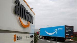 Un camión de Amazon llega al centro logístico de la empresaen el norte de Francia.