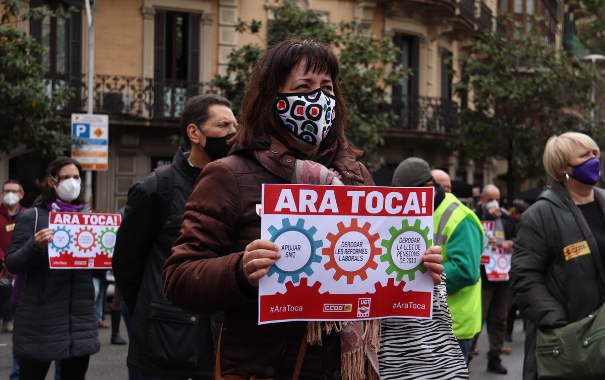 Una delegada sindical protesta frente a la sede del Gobierno en Barcelona.