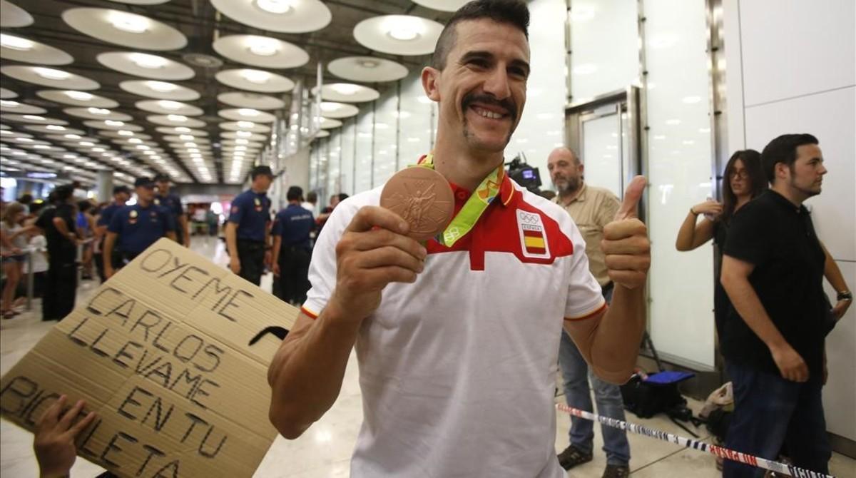 Carlos Coloma, bronce en mountain bike, a su llegada al aeropuerto.