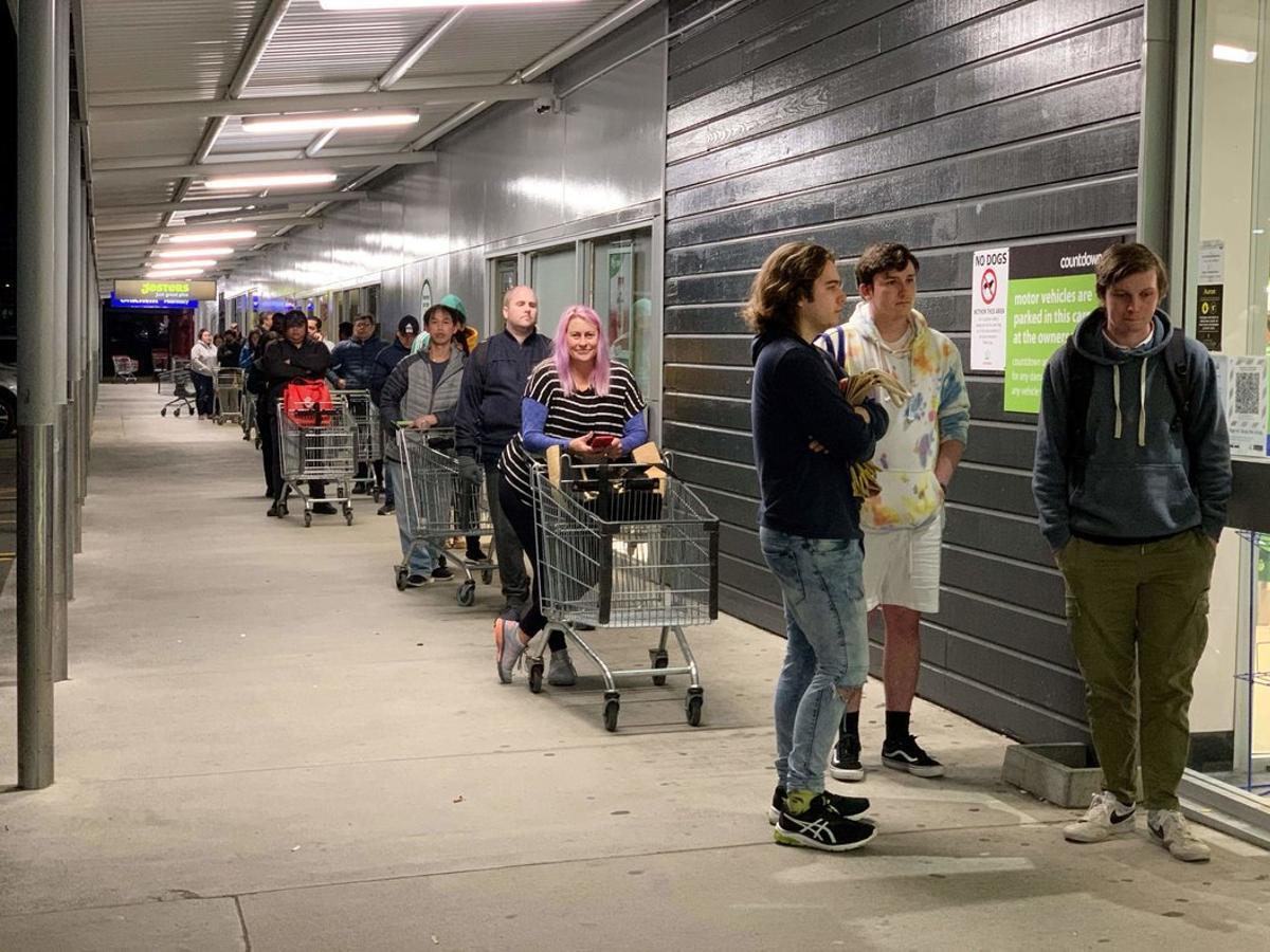 Clientes de un supermercado hacen cola en Aukalnd (Nueva Zelanda) elpasado agosto.