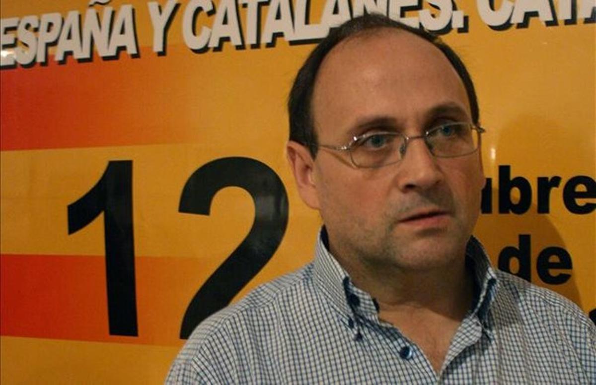 El portavoz de la Plataforma d'Espanya i Catalans, Manel Parra, en la rueda de prensa de este miércoles, en Barcelona. MARIA PUJOL