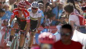 Primoz Roglic y Alejandro Valverde se presentan juntos en la cima de El Acebo.