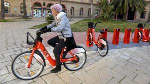 Primeras vueltas con el nuevo Bicing, en Nou Barris, este sábado.