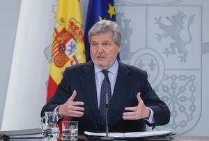El portavoz del Gobierno y ministro de Educación Cultura y Deporte Íñigo Méndez de Vigo a su llegada a la rueda de prensa.
