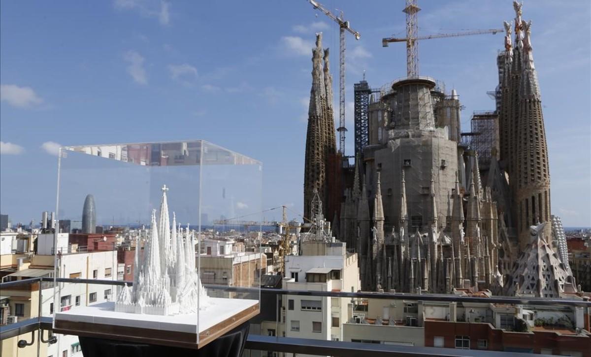 Una maqueta de la Sagrada Família terminada con una espectacular vista del templo desde la terraza del Hotel Ayre, en la calle Rosselló.