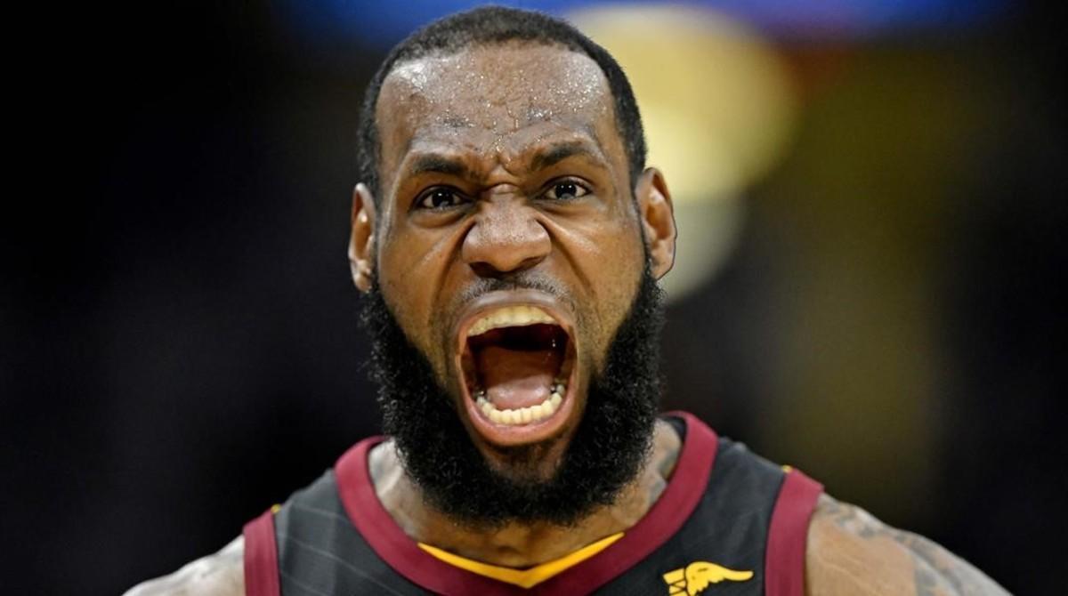 LeBron James celebra uno de sus últimos triples en el Quicken Loans Arena, de Cleveland.