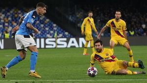 Lionel Messi intenta presionar al defensaGiovanni di Lorenzo en el partido de ida Nápoles-Barça disputado el 25 de febrero.