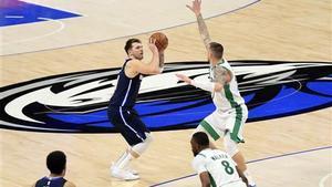 Doncic lanza de triple durante los últimos segundos del duelo ante los Celtics.