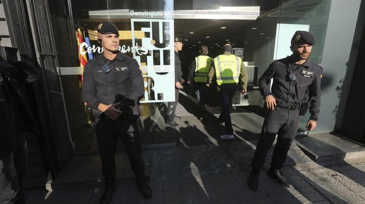 Agentes de la Guardia Civil, frente a sede de CDC en Barcelona, durante el registro efectuado el pasado 21 de octubre.