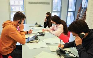 Alumnos del Institut Miramar de Viladecans realizan una encuesta a las personas con teleasistencia de la ciudad.