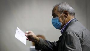 Un votante, en el colegio electoral de Ordizia.