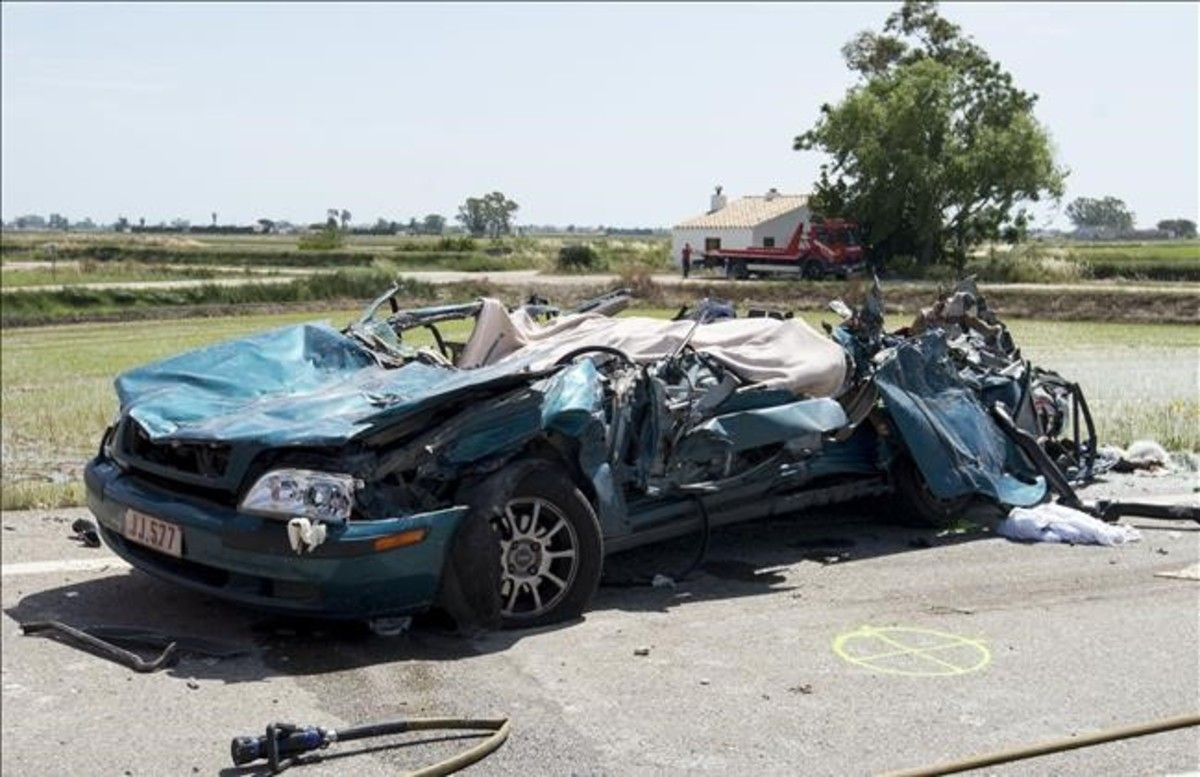 Dos muertos en un choque frontal entre un turismo y un camión en Amposta