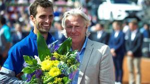 Albert Ramos recibe la felicitación del excampeón Bjorn Borg.