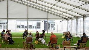 Estudiantes de la Universidad de Bolton mantienen la distancia social en una de las instalaciones.