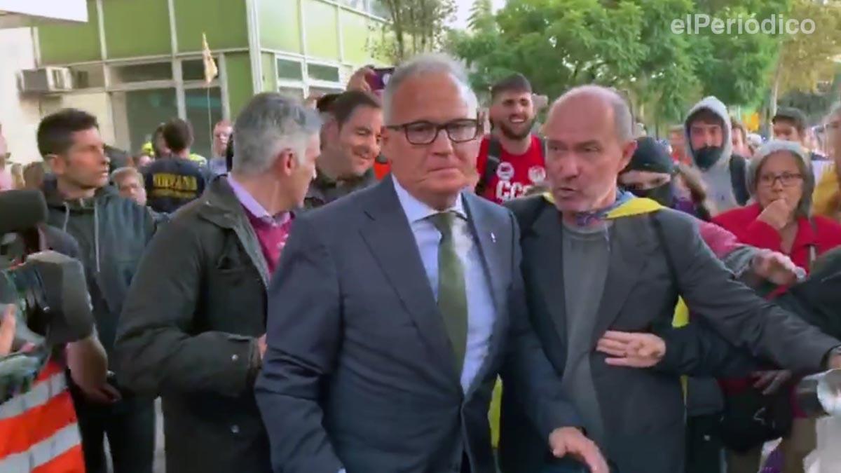 Varios manifestantes increpan al concejal del PP, Josep Bou, en el Palau de Congressos.