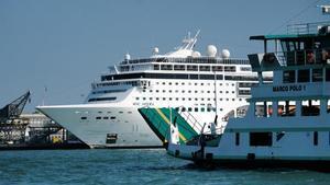 El crucero 'Opera' anclado en el puerto de Venecia, este lunes, tras el choque sufrido el domingo.