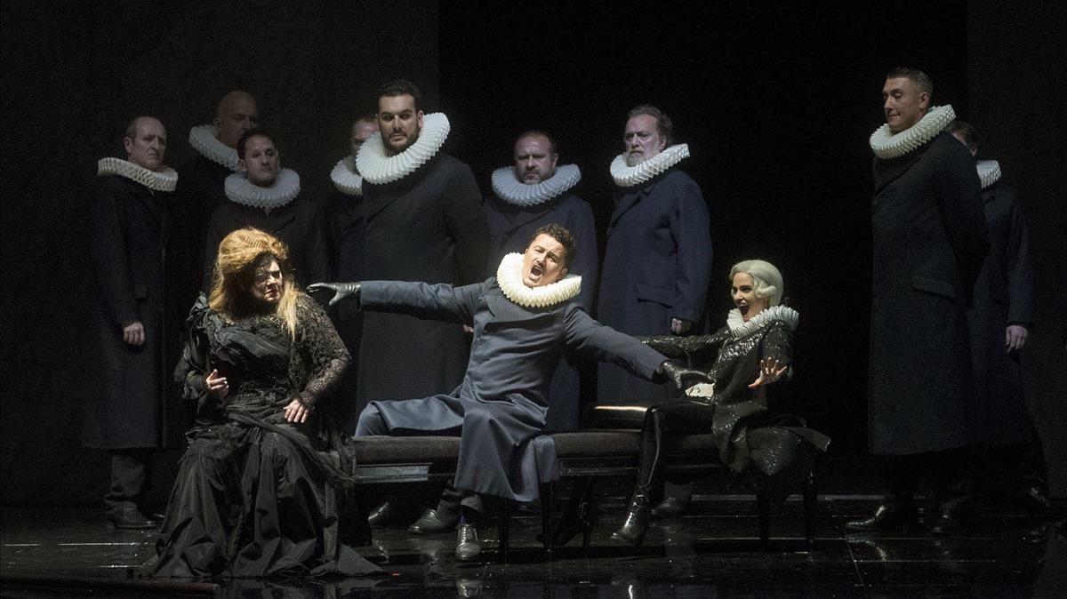 El aplaudido tenor Piotr Beczalaen 'Un ballo in maschera' entre Dolora Zajick (izquierda) y Elena Sancho Pereg (derecha).