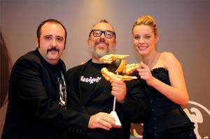 Álex de la Iglesia recibe el premio de manos de Carlos Areces y Carolina Bang.