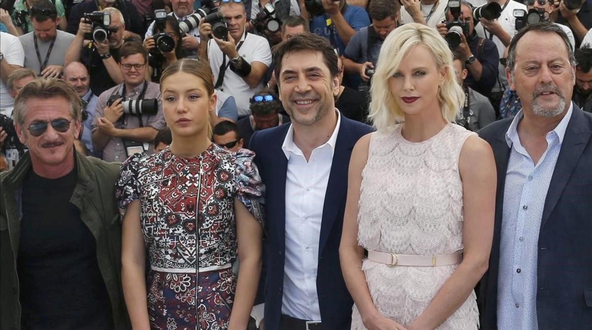 Sean Penn,Adele Exarchopoulos,Javier Bardem,Charlize Theron y Jean Reno, en Cannes, en la presentación de 'The last face'.