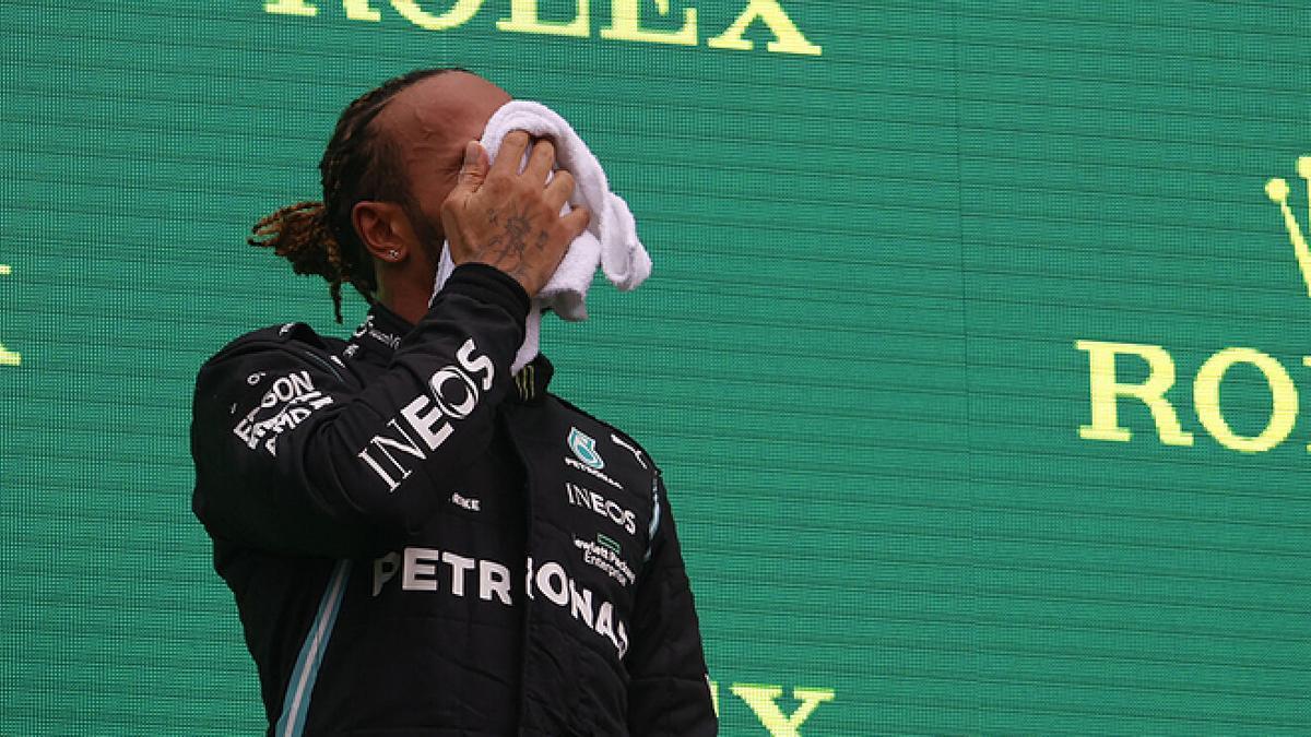 Los mareos de Hamilton en el podio podrían estar condicionados por el virus.