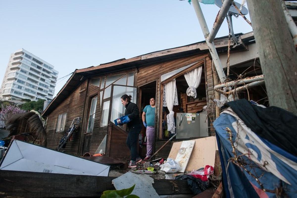 Un grupo de personas intenta recuperar sus pertenencias en la localidad de Concon, al norte de la capital de Chile, tras el terremoto de 8,4 grados.