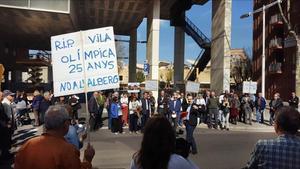Manifestación contra el albergue, en la avenida Icària, frente a la sede prevista para el proyecto, el 11 de marzo.