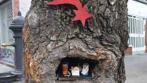 Un pesebre en un árbol de una plaza del Farró.