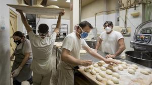 El panadero Jesús Machi, con gafas, en el obrador de su horno
