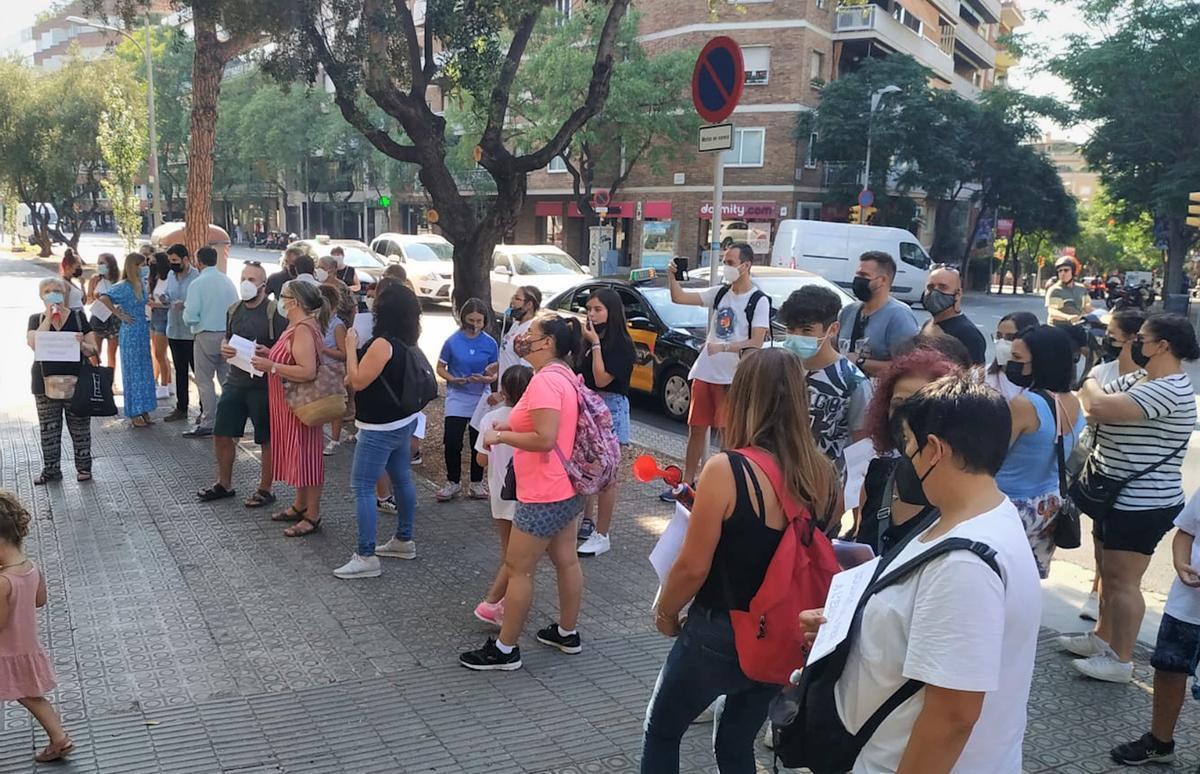 Familias del Col·legi Boix de Badalona concentradas a las puertas del Departament d'Educació.
