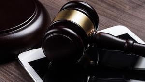 Prisión sin fianza por abusar de su hijastra durante siete años
